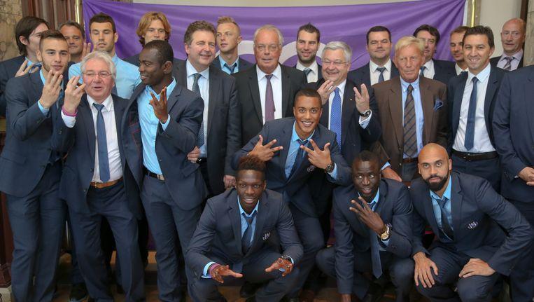 Strak in het pak na een wilde feestnacht: de spelerskern van RSC Anderlecht.