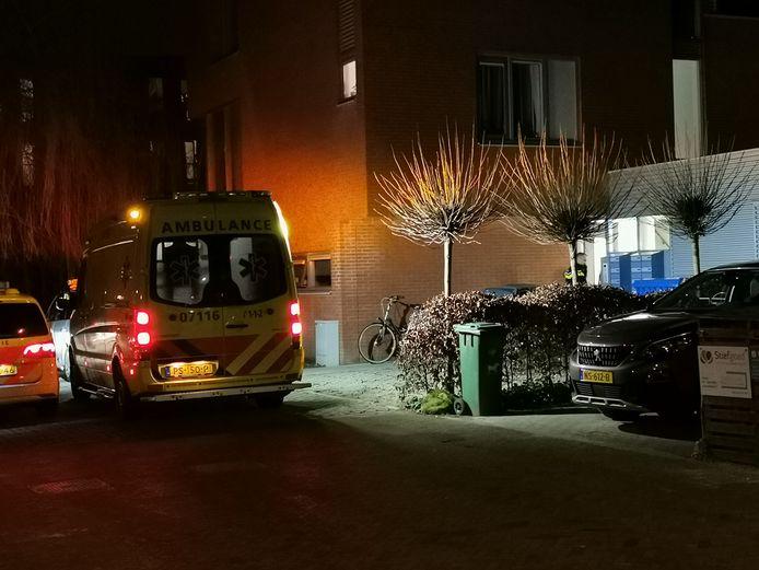 Politie en ambulance verlenen hulp aan de Morel in Wageningen.