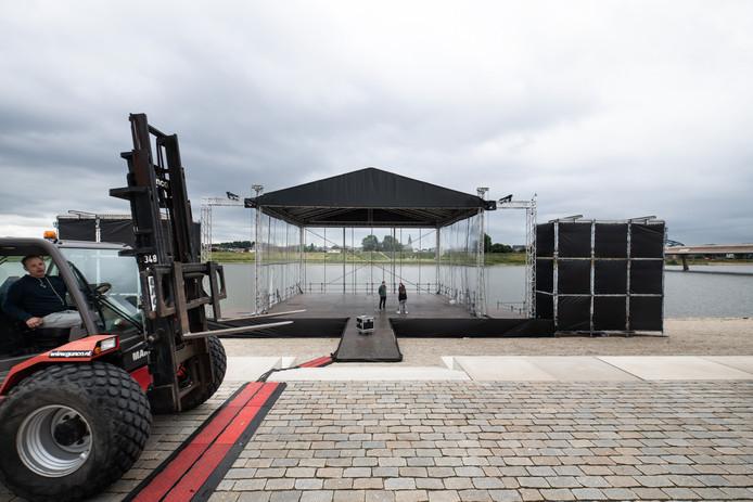 Opbouw van het podium voor het Spiegelwaalconcert in Nijmegen.