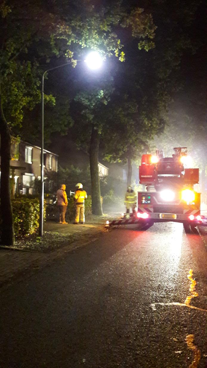 Brandweer bij de brand het huis in Overlangel.