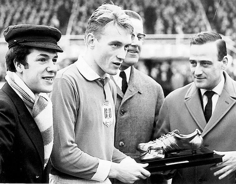 Paul Van Himst met zijn Gouden Schoen in 1966.