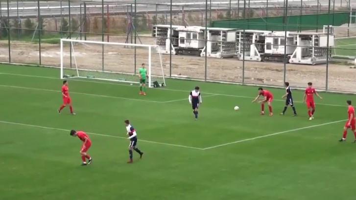 Sportieve jeugdspeler schiet strafschop over zijlijn