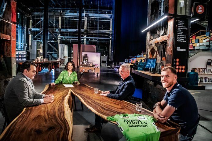 De tafel van De Avondetappe in de LocHal. Dione de Graaf wordt omringd door drie oud-profs: van links naar rechts Danny Nelissen, Jean-Paul van Poppel en Lars Boom.