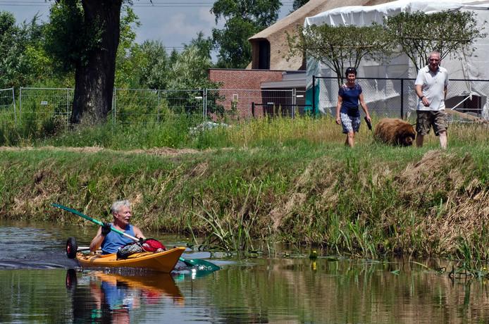 Rob Schuit peddelt met zijn kano vanaf Maarssen naar zijn dochter Pauline in Moergestel .