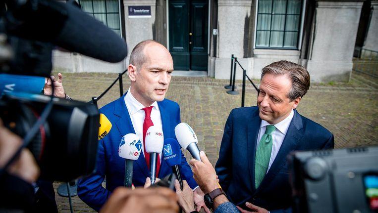 Gert-Jan Segers (ChristenUnie) en Alexander Pechtold (D66) op het Binnenhof na afloop van een gesprek met Informateur Edith Schippers. De partijen zullen niet samen deelnemen aan nieuwe formatiegesprekken. Beeld anp