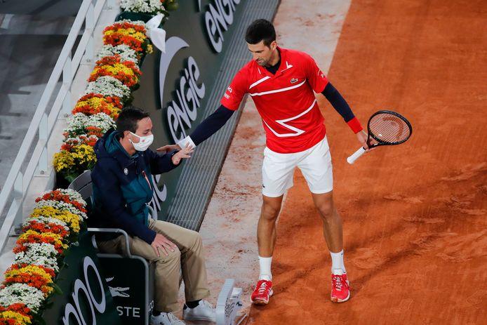 Novak Djokovic biedt zijn excuses aan bij de lijnrechter.