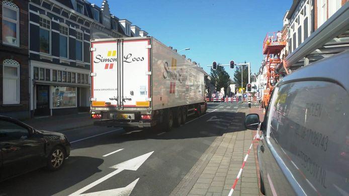 Vrachtwagens blijven door de stad rijden. Ondanks het vrachtwagenverbod.