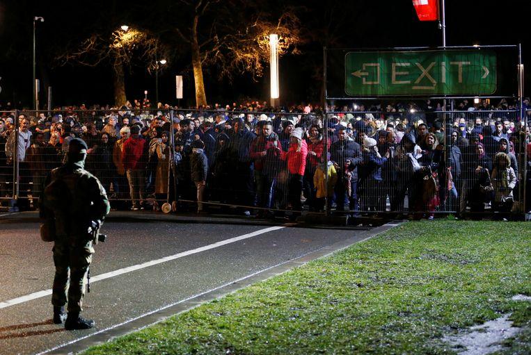 Een soldaat staat op wacht aan het Atomium.