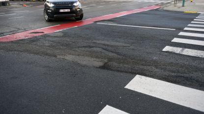 Wegpiraat rijdt over voet wegenarbeider... waardoor kruispunt nu opnieuw aangelegd moet worden