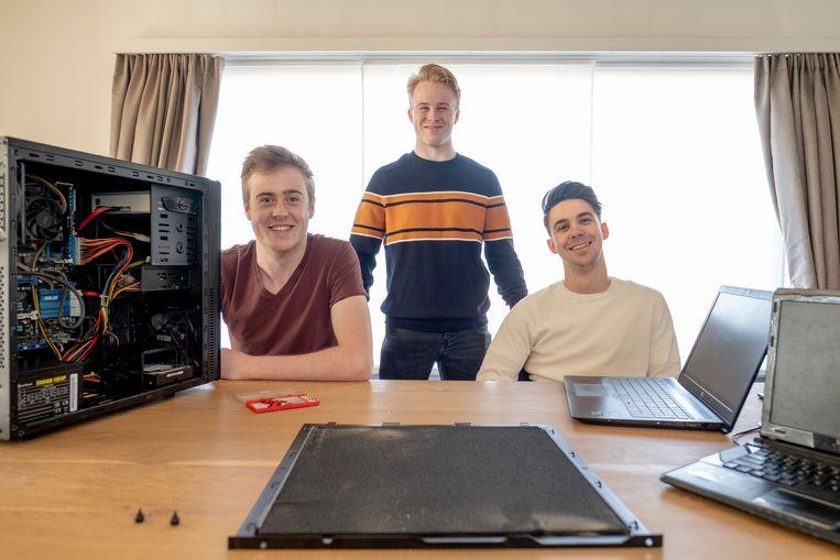 Student Robbe Claessens levert met zijn eigen bedrijfje IT-Pack computerhulp aan huis. Ook collega-studenten Tom Claessens en Elias Van den Bosch springen af en toe bij.