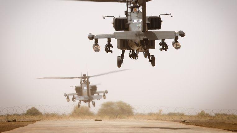 Nederlandse Apache gevechtshelikopters stijgen op van het vliegveld van Gao in het noordoosten van Mali. Beeld anp