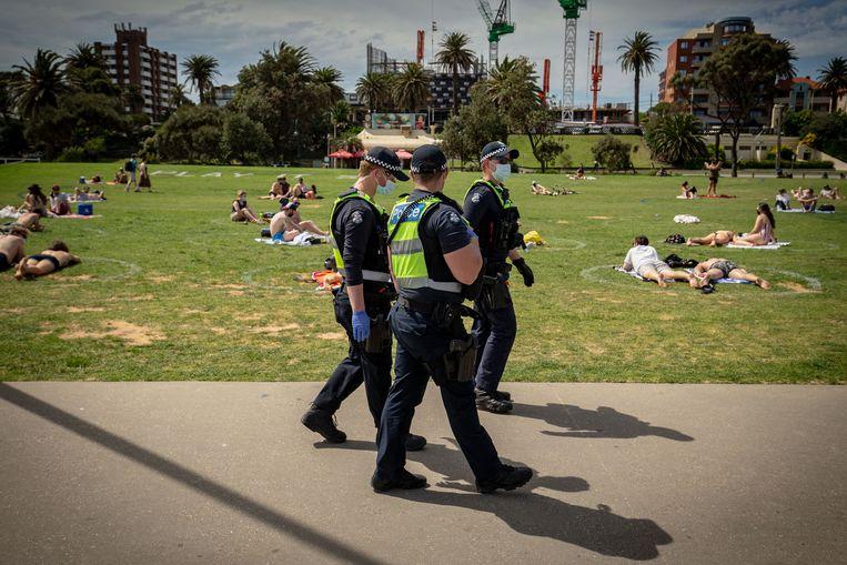 Politie patrouilleert bij St Kilda beach in Melbourne, Australië.  Beeld Getty Images
