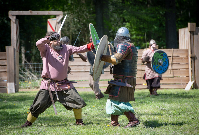 Gelderland is rijk aan geschiedenis; op deze foto wordt een gevecht nagespeeld bij Kasteel Cannenburch. De vraag is wie de belangrijkste rol heeft gespeeld in die Gelderse historie.