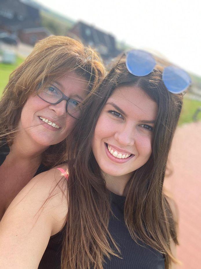 Dubbel pech voor Duitse Maren en dochter Anne: 'Met bezoek aan tweelingzus en lievelingstante in Rijswijk zouden we zelfs ontslag in de zorg riskeren'.