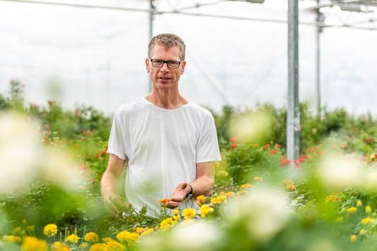 Kwekers Marius (foto) en Frank Rodewijk uit Roelofarendsveen willen de internationale markt op met hun eetbare roos.