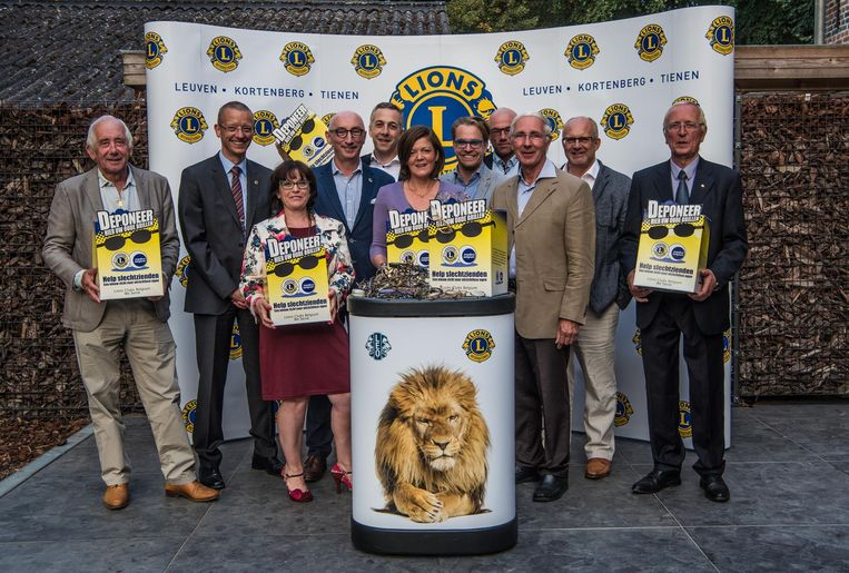 Enkele leden van de Lionsclub tijdens de voorstelling van hun inzamelingsactie.