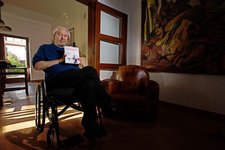 Hasselaar Ivo Konings stelt zijn gedichtenbundel 'Gehakt' voor.