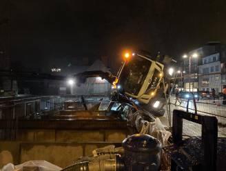 Kraanwagen gekanteld aan werf naast Sint-Martinuskerk in Deinze
