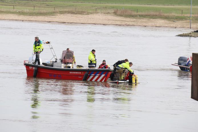 Hulpdiensten in actie na het roei-ongeval op de Nederrijn bij Huissen.