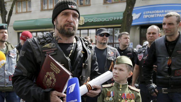 De leider van de Nachtwolven, Alexander Zaldostanov, spreekt met de media op 28 april. Beeld EPA
