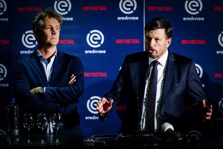 Edwin van der Sar (l) en Jacco Swart van Eredivisie CV tijdens de persconferentie na de vergadering in Utrecht.  Beeld ANP