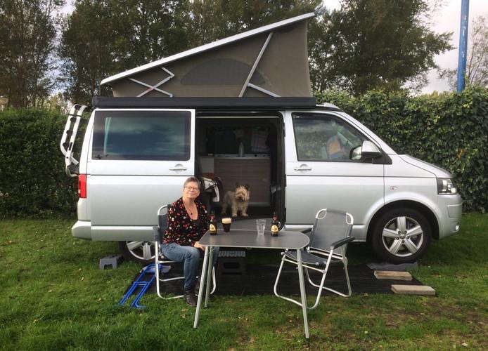 Marlies Moolenaar voor haar camper tijdens een eerder tripje. Dieven gingen er afgelopen weekend mee vandoor.