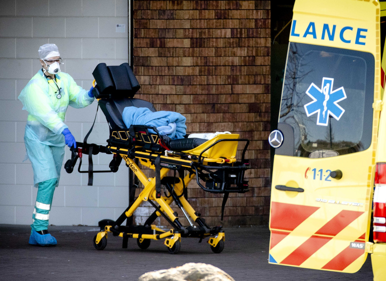 Een ambulance wordt gereinigd na het vervoeren van een patiënt naar het ziekenhuis Bernhoven in Uden, maart dit jaar.
