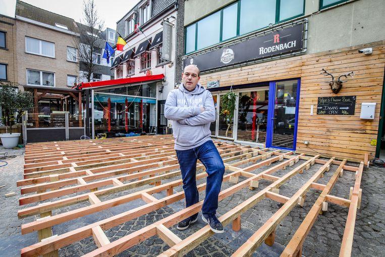 Peter Van Landeghem bij het terras in aanbouw van Pepe's moose bar