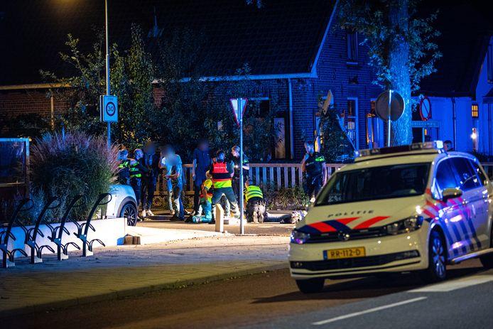 Veel politie-inzet vrijdagavond na de vecht- en steekpartij in Wezep. Vijf mannen raakten gewond.