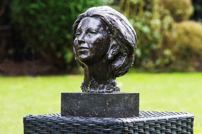 Het beeld van Beatrix dat de gemeente Altena per opbod verkocht. Klaas Rienks is er nog steeds kwaad om.