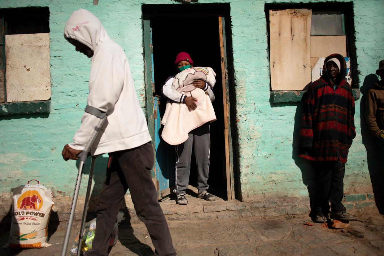 Bewoners van het Zuid-Afrikaanse dorp Nieu Bethesda kampen met de gevolgen van de coronacrisis, die extra hard aankomt in combinatie met aanhoudende droogte en economische achteruitgang in de regio. Beeld EPA