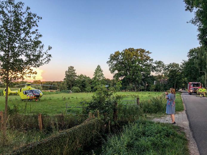 Een traumahelikopter landde in een weiland bij het bos bij Eerbeek.