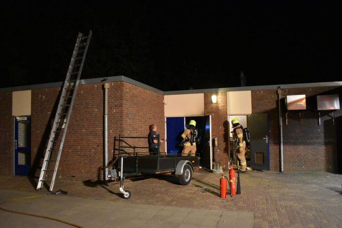 De brandweer in actie bij de voetbalvereniging in Huissen.