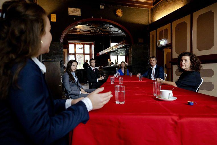 Minister Ingrid van Engelshoven van Onderwijs en VSNU-voorzitter Pieter Duisenberg (rechterkant van de tafel) in gesprek met studenten bij de Utrechtse studentenvereniging Unitas. Beeld ANP/Robin van Lonkhuijsen