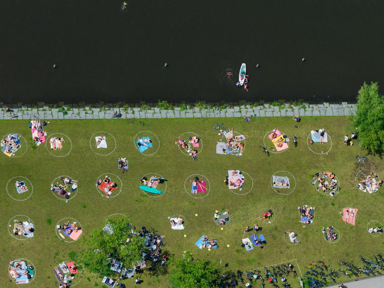 Park Somerlust aan de Amstel, in het park zijn cirkels aangebracht ter verduidelijking van de 1,5 meter afstand die de bezoekers moeten aanhouden.  Beeld Marco van Middelkoop