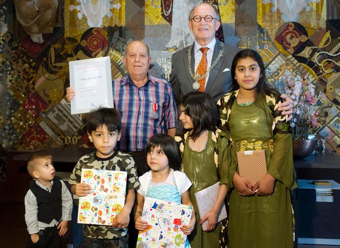 Jamil Barwari redden vier kinderen van het gezin Akre uit een brandende woning aan de Ootmarsumbrink in Enschede. Hij kreeg daarvoor de hoogste onderscheiding van het Carnegie Heldenfonds.