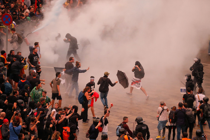 Protesters clash with Spanish policemen outside El Prat airport in Barcelona on October 14, 2019 as thousands of angry protesters took to the streets after Spain's Supreme Court sentenced nine Catalan separatist leaders to between nine and 13 years in jail for sedition over the failed 2017 independence bid. - As the news broke, demonstrators turned out en masse, blocking streets in Barcelona and elsewhere as police braced for what activists said would be a mass response of civil disobedience. (Photo by Pau Barrena / AFP)