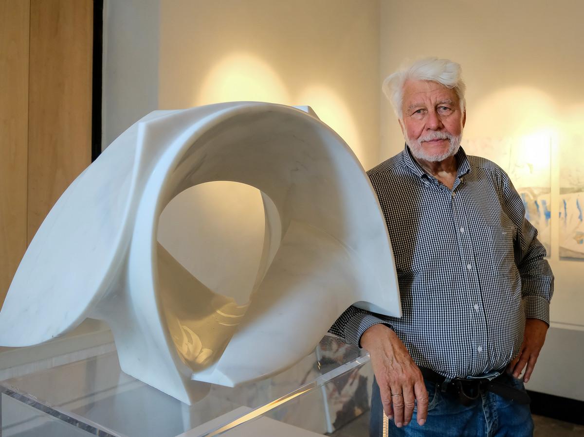 Kunstenaar Jo Deblieck bij het kunstwerk 'De Ontsluiting' dat hij ter ere van zijn overleden vrouw maakte. De komende twee weekends stelt hij zijn werken tentoon in De Camme in Perk.