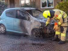 Na zes autobranden in één nacht in Arnhem, brandt in Van Speykstraat de zevende auto uit