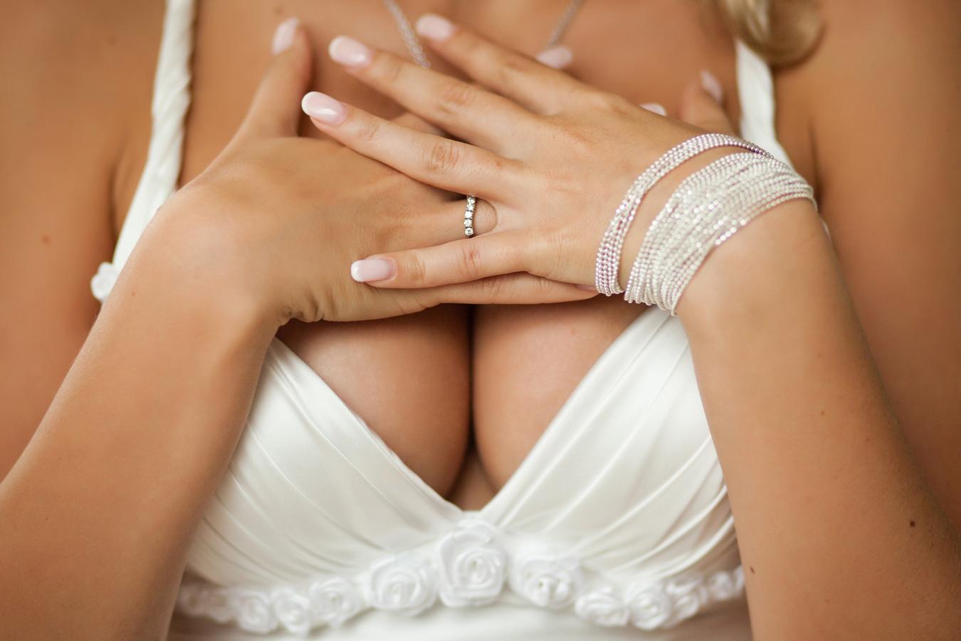 Pater Bobbo kan er niet meer tegen dat trouwjurken steeds bloter worden.