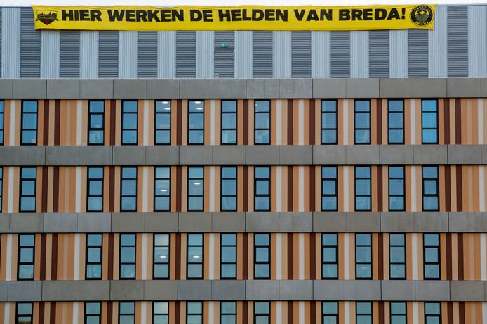 Hier werken de helden van Breda', NAC-fans hangen spandoek op bij het Amphia Ziekenhuis.