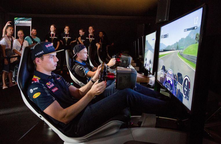 Max Verstappen aan het werk in een simulator tijdens een evenement. Beeld
