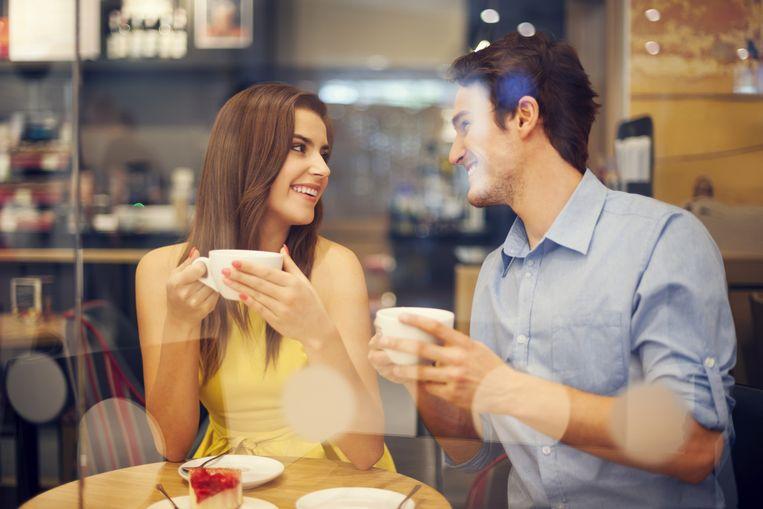 Voor een succesvolle date is het vooral belangrijk dat de vrouw veel over zichzelf vertelt, zo blijkt.