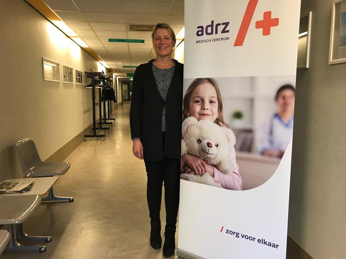 Voorzitter Claudia Brandenburg van de Raad van Bestuur maakt de nieuwe naam van het Admiraal De Ruyter Ziekenhuis bekend: Adrz medisch centrum.
