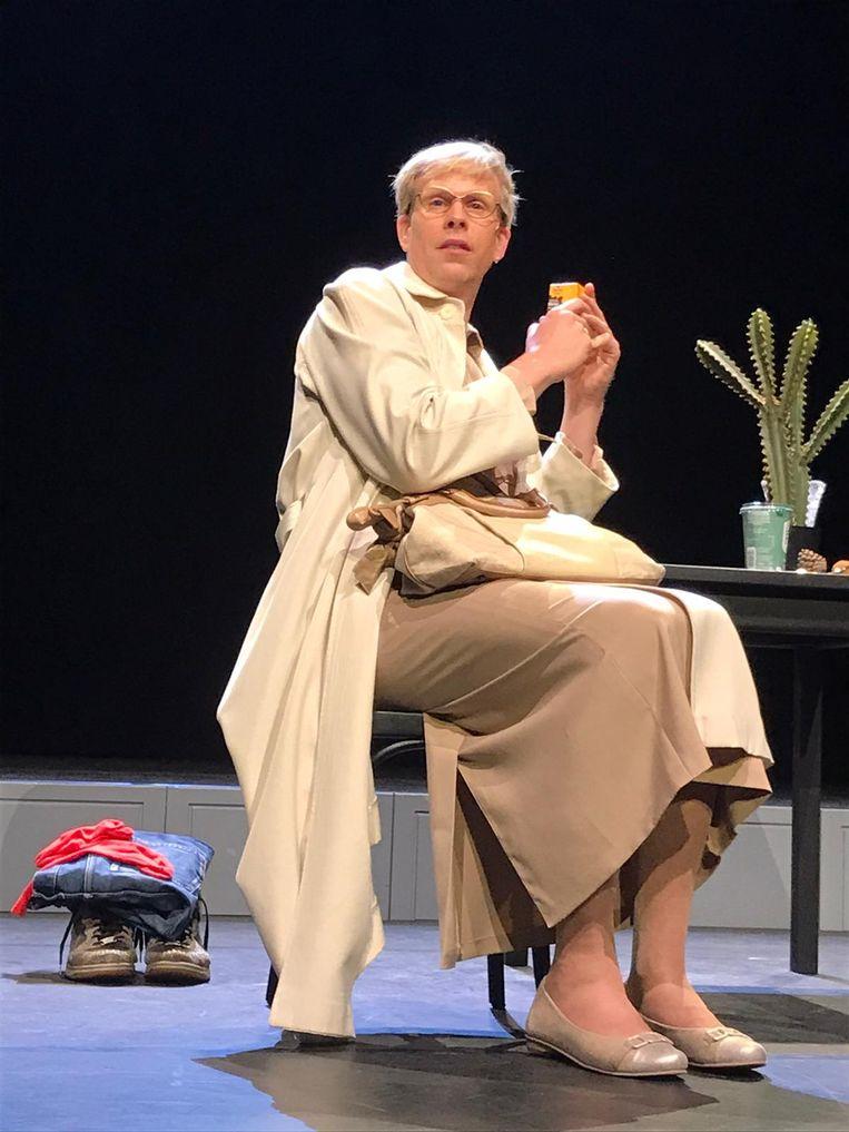 Rick Paul van Mulligen als de moeder in 'U bent mijn moeder'. Beeld Het Nationale Theater