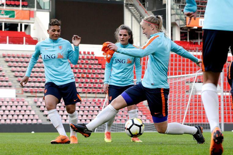 Het Nederlands vrouwenelftal tijdens een training Beeld Soccrates