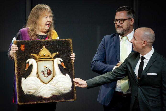 Ontwerper Sander de Bruijn (r) ontvangt namens het ontwerpteam van de Efteling de eretitel Dutch Designer of the Year voor onder andere de attractie Symbolica.