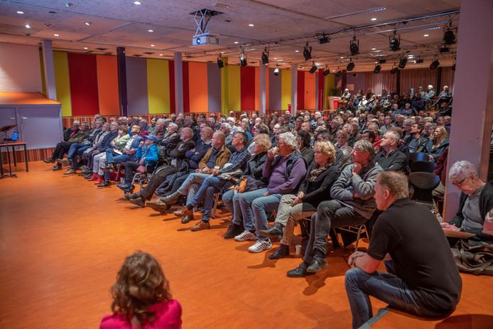 Enkele honderden Zwollenaren kwamen op de informatieavond over geothermie af.