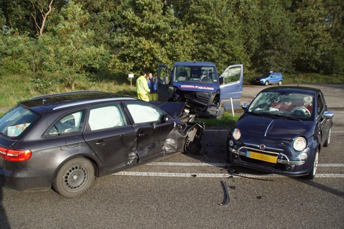 Op de Hamelandroute in Aalten botsten drie auto's met elkaar.