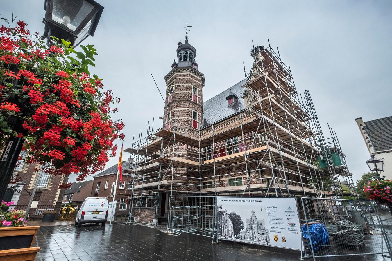 Het historische stadhuis van Gennep in de steigers.